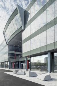 Perspectiva del acceso del edificio + zona distención